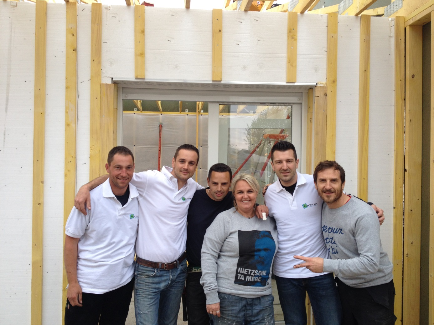 L'équipe Natilia et l'équipe de D&CO sur le chantier de la maison bois